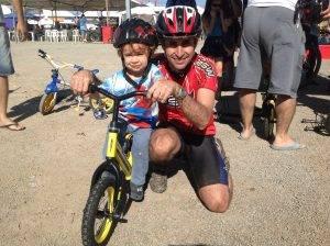 O pequeno Thiago Machiori e o pai Moacir Dias. Foto: Stephanie Gomes