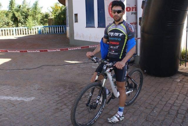 Gilberto aguarda para disputar o uphill mais tarde