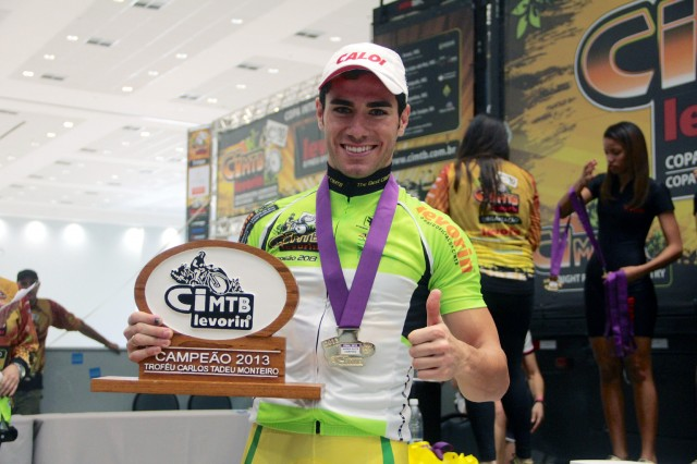 Avancini exibe troféu da CIMTB Levorin 2013 (Crédito: Bruno Senna/CIMTB)