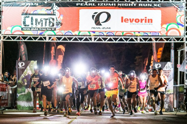 Largada da Pearl Izumi Night Run (Crédito: Bruno Senna/CIMTB)