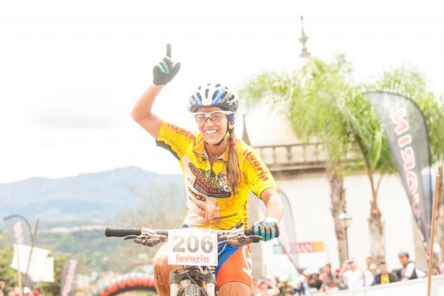 Isabella Lacerda comemora a vitória em 2013 (Crédito: Bruno Senna/CIMTB)