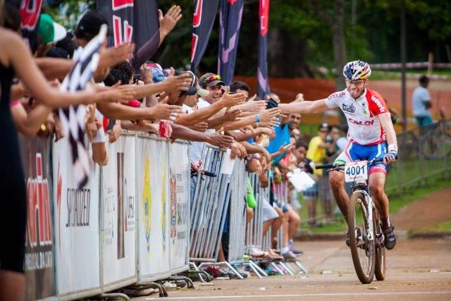 Henrique Avancini comemora vitória em 2014 (Crédito: Bruno Senna/CIMTB)